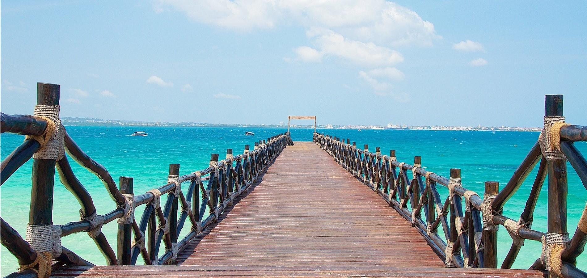 Zanzibar - putovanje prepuno kontrasta poput ovog mola koji ulazi u more